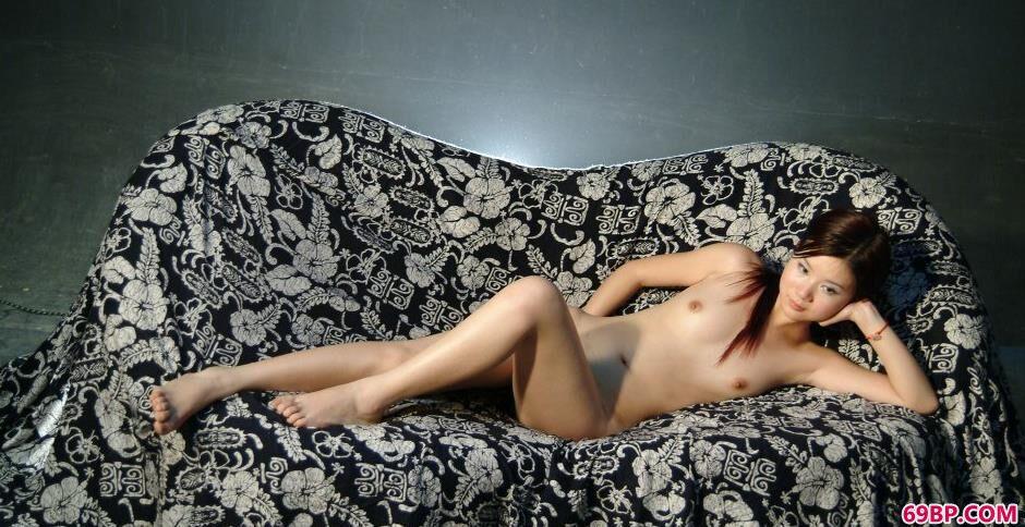美模嘉怡棚拍布衣沙发上的清纯人体