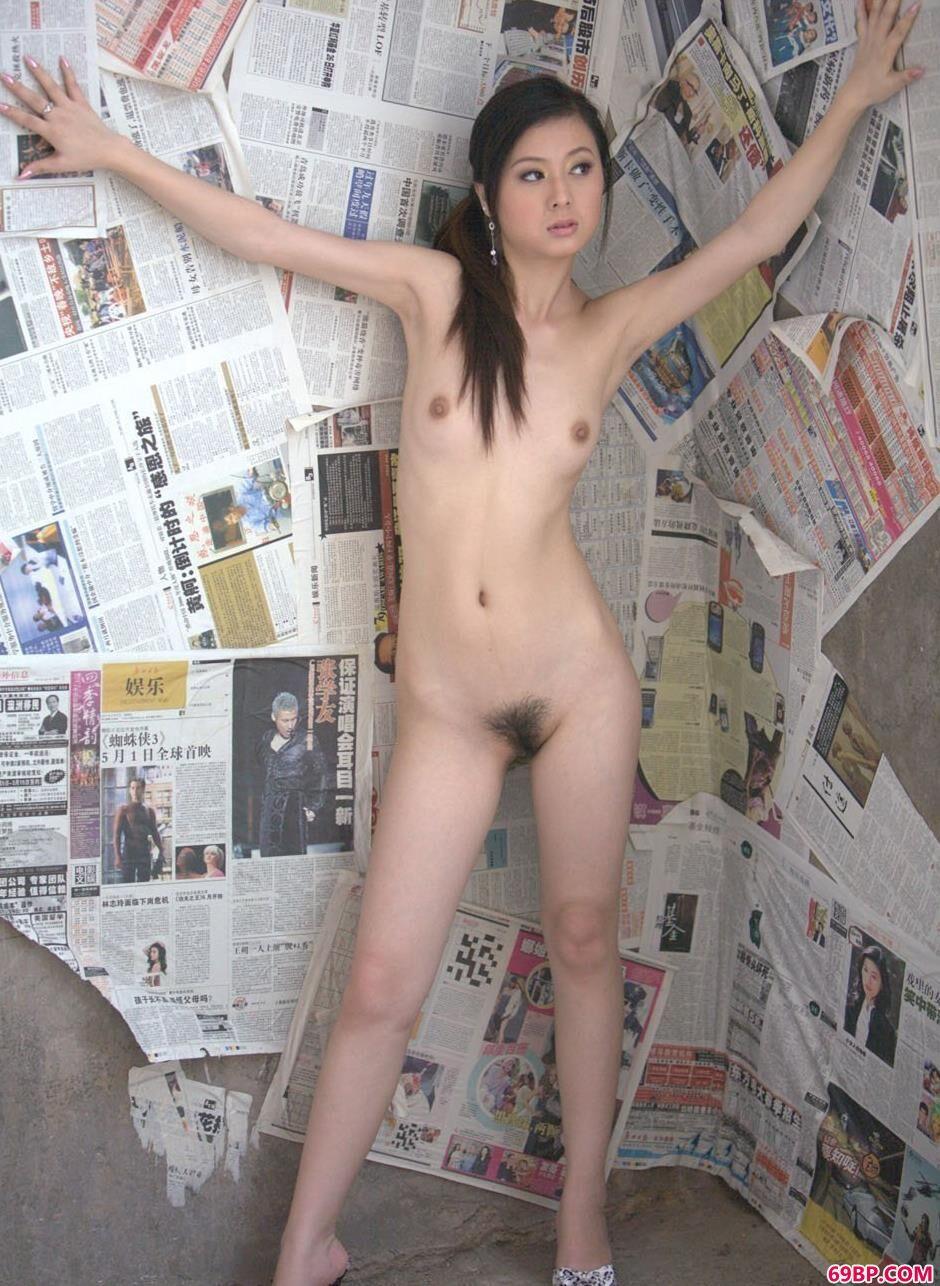 靓女娜娜在贴满报纸的墙前的美丽人体_一本久久道综合色欲