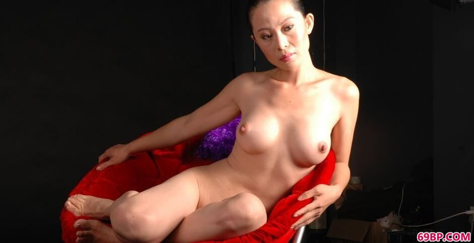 妹子天兰写真棚里红色椅子上的抚媚人体_上一篇国模精品150p