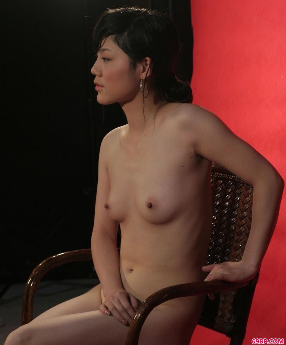 嫩模安菲红色背景棚里的诱惑美体