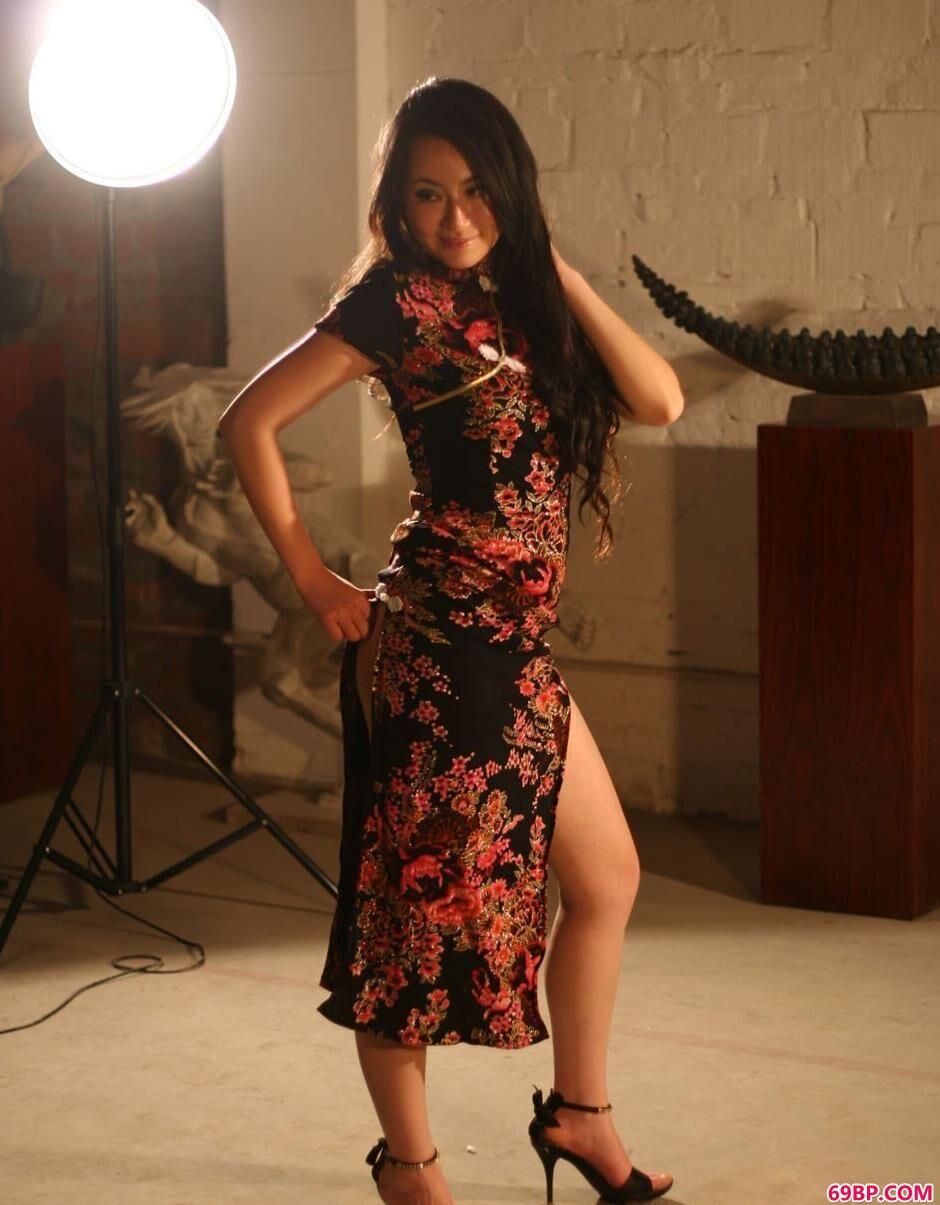 靓妹杨芳穿旗袍在未装修的房子里的人体