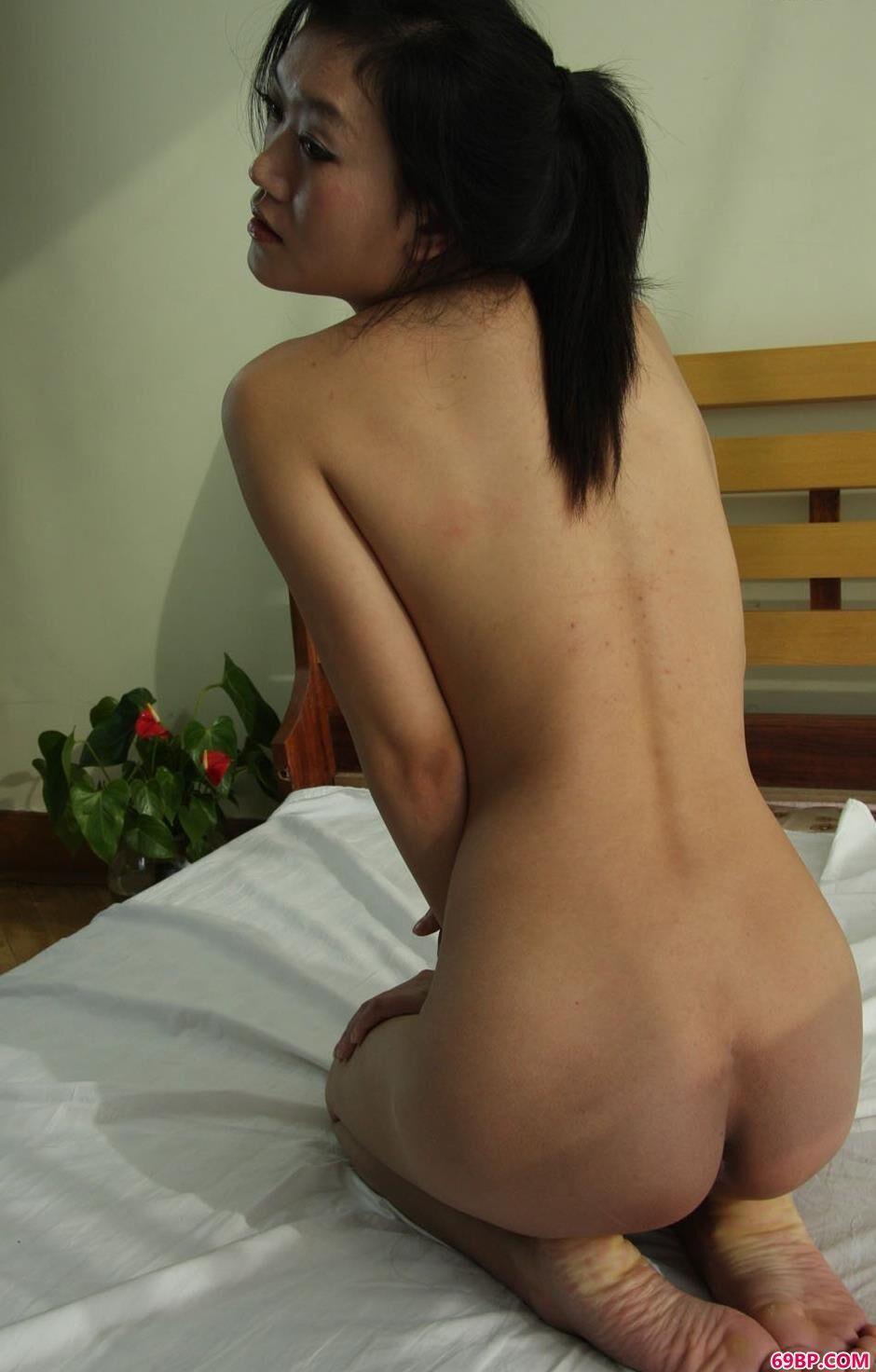 靓妹安慧宾馆床上的可爱人体3