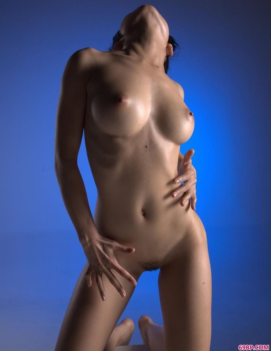 小雪蓝色背景棚里的美丽人体1,欧洲小美女人体艺术