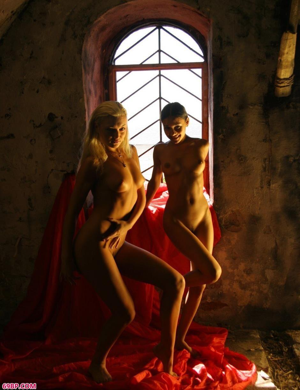裸模Yana和Lidiya钟楼里的艳丽人体