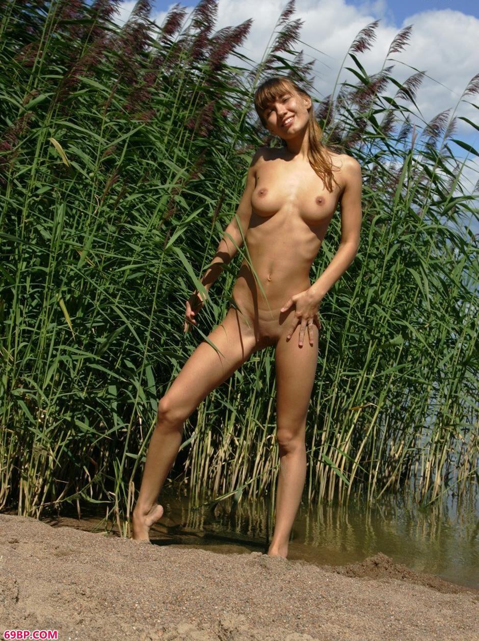 裸模安吉拉芦苇丛中的神秘人体