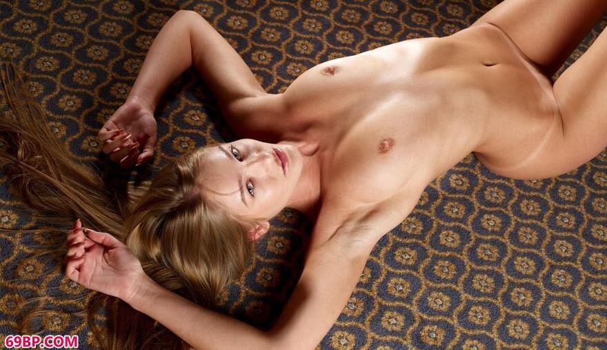 靓女nika躺在地毯上的瑜伽美体1