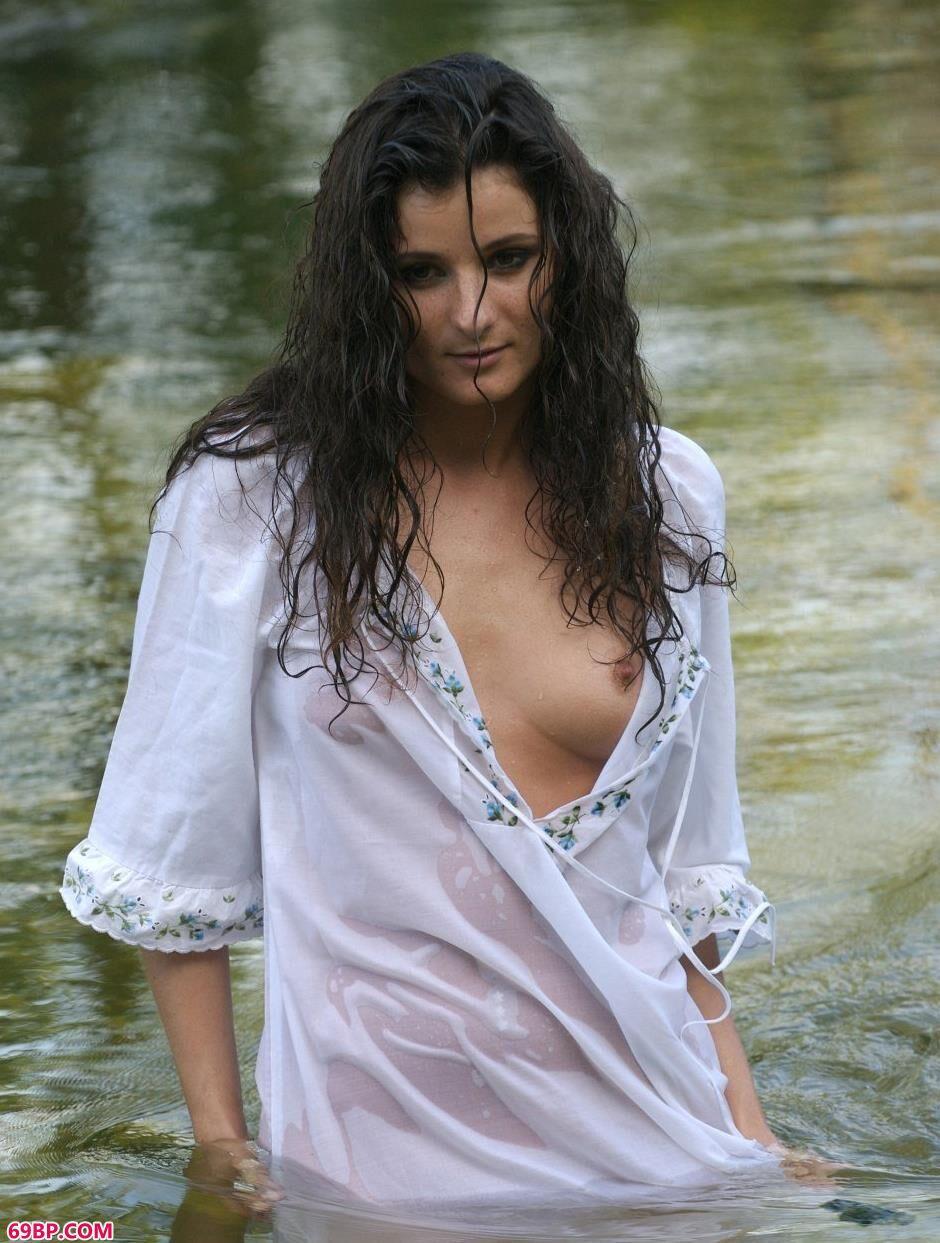 嫩模Marusya小河里的风骚人体1