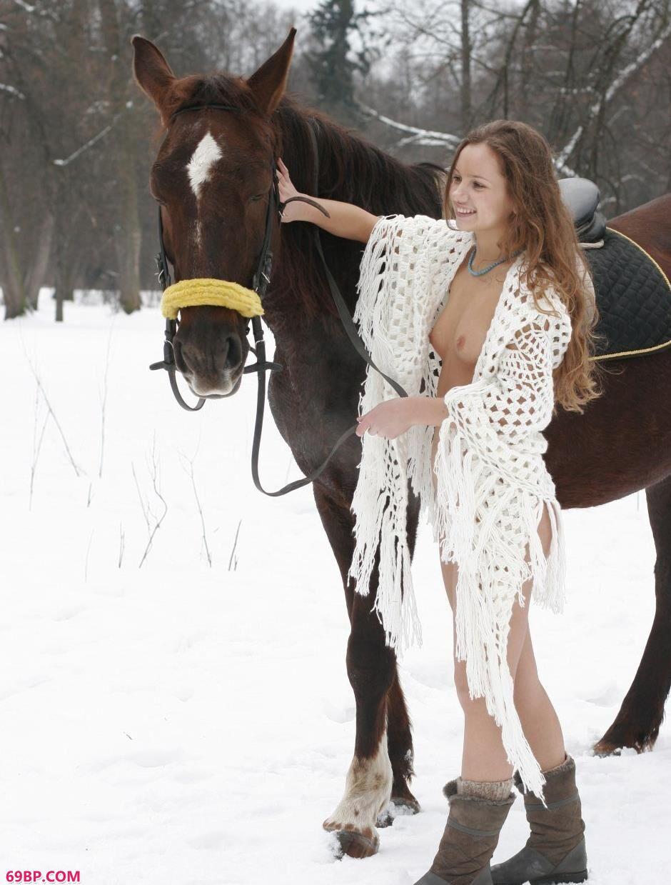 嫩模Kristina雪中骑马飞奔1_西西人体艺术正版高清改版艺术