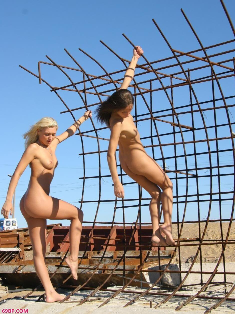 超模Yana和VIKA高架桥上的勾人美体