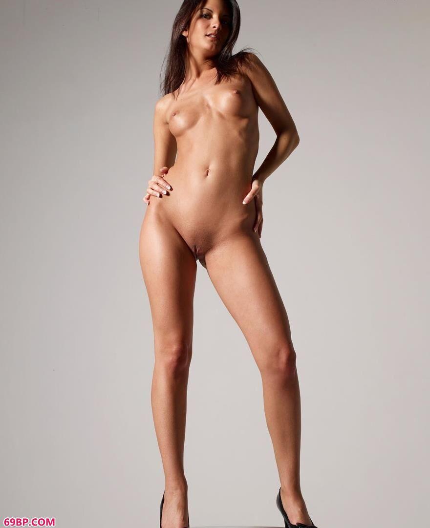 超模琳娜站在高台上的高跟人体_吴亚馨李宗雪瑞图片
