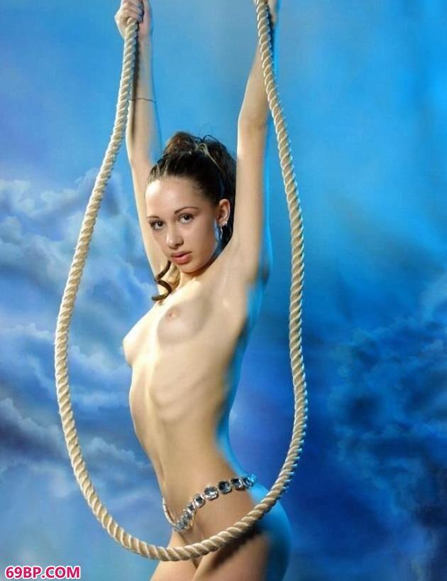 欧美棚拍美女人体艺术写真,俄罗斯超模可妮莉雅室拍吊绳人体