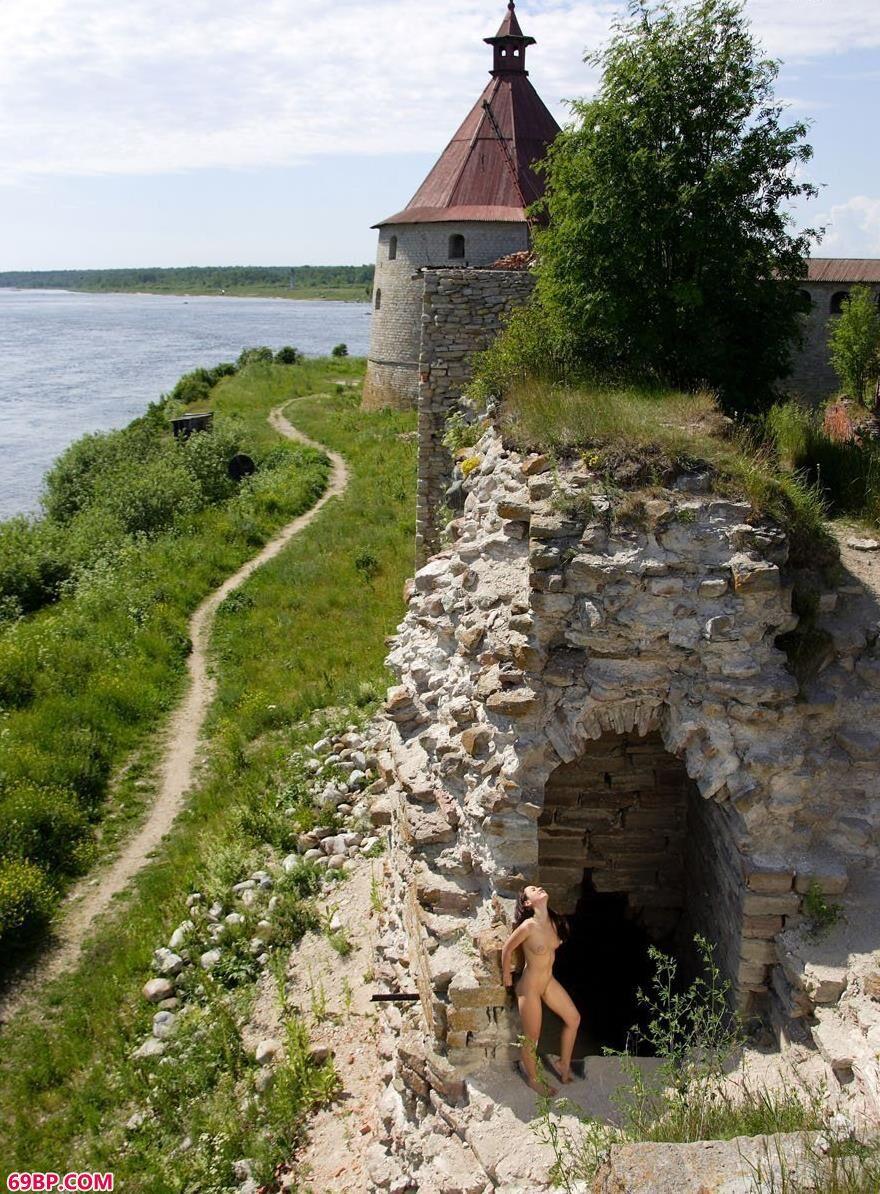 国模超大尺度肉体私拍_萨维娜扎石头古堡