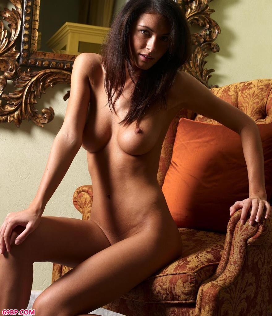 西西网_外国人体橘色的椅子
