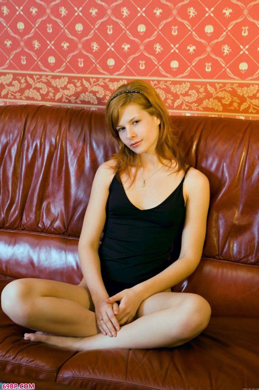 已满18岁的凯娜蕊初拍人体