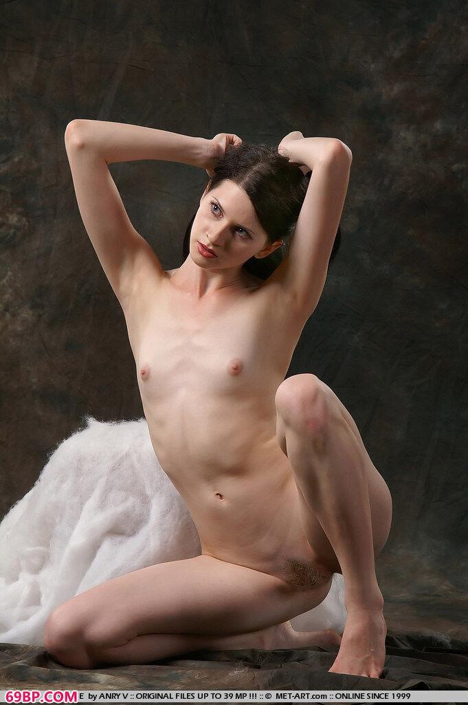 白皙俄罗斯美妹子棚拍人体